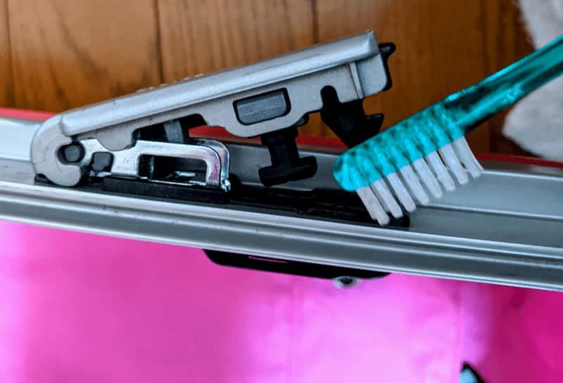 歯ブラシを使ってスーツケースの掃除